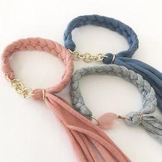 チェーンと組み合わせたり、他の素材と合わせても素敵ですね。 Fabric Bracelets, Diy Bracelets Easy, Ankle Bracelets, Handmade Bracelets, Textile Jewelry, Fabric Jewelry, Beaded Jewelry, Jewellery, Handmade Jewelry Designs