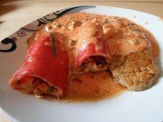 Mit Gemüse gefüllte Paprika und Seitansteak mit  Tomaten-Sahnesoße