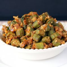Vendakkai Masala is a healthy and super delicious South Indian side made by cooking okra in a onion tomato masala. Goes very well with rasam and curd rice. Vegetarian Side Dishes, Vegetarian Lunch, Vegetarian Recipes Easy, Indian Food Recipes, Indian Snacks, Vegan Dishes, Pakistani Dishes, Indian Dishes, How To Cook Okra