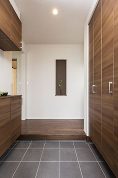 Shoes on the left, coats and gear on the right, easy to clean tile when you first enter and lovely wood floors where no shoes are allowed. House Entrance, Entrance Doors, Shoe Cabinet Design, Entry Hall, Door Entry, Entryway, Entry Way Design, Japanese House, Japanese Door