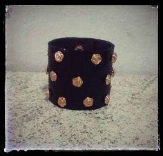 Bracelete Couro Preto/flor rose Vendas: whatsapp: 317300-4489 http://instagram.com/petalasdemaria