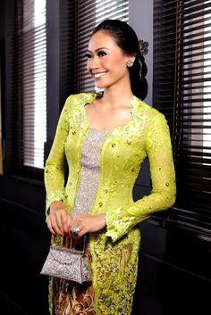 Kebaya: Royal Sulam by Amy Atmanto. Jewelry & silver bag: Manjusha Nusantara