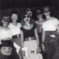 vintage Halloween photos Halloween Queen, Halloween 2, Halloween Costumes For Girls, Halloween Themes, Vintage Halloween Photos, Halloween Pictures, Vintage Photos, Female Images, Lady Images