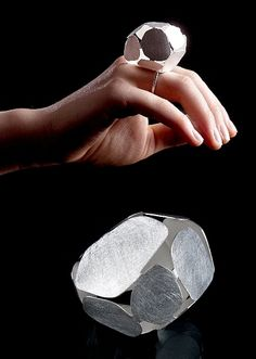 Getting ready to tie one on this weekend? Let Isabelle Hertzeisen help you out with these rings that look like golden twist-ties. Contemporary Jewellery, Modern Jewelry, Metal Jewelry, Jewelry Art, Jewelry Rings, Jewelry Design, Unique Jewelry, Unusual Rings, Ring Pictures