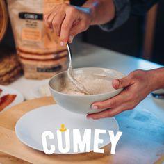 ¿Adivinas qué estamos preparando? Si pensaste en #pancakes con nuestra nueva mezcla integral #CUMEY ¡adivinaste!  Aprende como prepararlos con tocineta caramelizada y huevo visitando nuestro canal @pronalce en #Youtube. 🥞 Youtube, Egg, Recipes, Youtubers, Youtube Movies