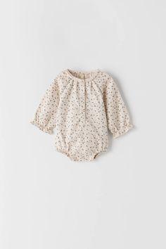ROMPERTJE MET BALLONEFFECT EN BLOEMENPRINT | ZARA Nederland / Netherlands Zara United Kingdom, Zara Baby, Baby Outfits Newborn, Fashion Kids, Baby Bodysuit, Girl Outfits, Floral Prints, Ruffle Blouse, Stylish