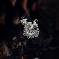 Wisior z feniksem symbolizującym słońce oraz wieczne odradzanie się życia będzie idealny dla fanów fantastyki i dawnych mitów! Jeśli szukasz totemu dla siebie, to dobrze trafiłaś! Wild Elephant, Forest Animals, Animal Jewelry, Yin Yang, Silver Jewelry, Brooch, Fantasy, Pendant, Woodland Animals