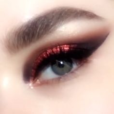 MOTHERSHIP V Bronze Seduction Eyeshadow Palette 125 Featuring a rose gold metallic copper red and plum cateye tutorial Gorgeous warmtoned fallwinter palette with vibrant. Makeup Goals, Makeup Inspo, Makeup Hacks, Makeup Art, Makeup Inspiration, Beauty Makeup, Makeup Basics, Makeup Guide, Copper Eye Makeup