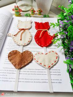 Marca Página Casal de Gatinhos, Creme+Marrom e Vermelho+Creme - Feltro Felt Crafts, Fabric Crafts, Sewing Crafts, Sewing Projects, Craft Projects, Handmade Crafts, Diy And Crafts, Crafts For Kids, Arts And Crafts