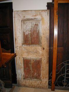 Una porta fatta a mano, in pioppo e castagno, prima del restauro.