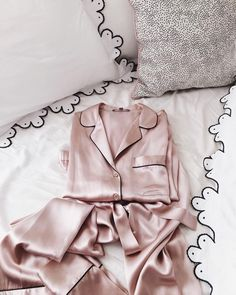 What is so special about silk pajamas. Why bother to buy them, cotton pajamas will serve the same purpose? Here's a few reasons to owning a pair of silk pajamas Mode Ootd, Gal Meets Glam, Grunge Style, Mode Inspiration, Design Inspiration, Mode Style, Nightwear, Lounge Wear, Cute Outfits
