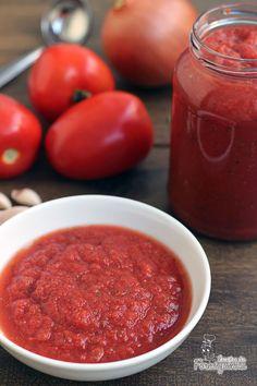 MOLHO DE TOMATE CASEIRO Ingredientes: 1 kg de TOMATES ITALIANOS (10 a 15 tomates) 1 CEBOLA pequena 3 DENTES DE ALHO grandes 1 punhado de FOLHAS DE MANJERICÃO FRESCO 1 colher (de chá) de ORÉGANO seco 1 colher (de sopa) DE AÇÚCAR 1 colher rasa (de chá) de SAL