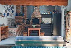 Após reforma o espaço de lazer ganhou móveis rústicos, parede de azulejos estampados e porcelanato que imita madeira