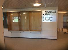 Kohta valmista, tässä näkymä uuden Seniorikeskuksen sisääntuloaulassa, Kirkonkylän entisestä koulusta lahjoituksena saatu vitriini vielä tyhjä toistaiseksi...