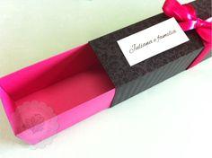 Convite caixa 15 anos <br> <br>*Caixa tamanho 4,5cm x 4,5xm x 20cm feita em papel preto 240g e papel pink 240g. <br>*Cartão em papel branco gramatura 180g enrolado e preso com fita de cetim pink 9mm. <br>*Fazemos em outras cores, favor consultar. <br>* Pedido mínimo: 50 unidades <br>* Frete por conta do comprador. Favor informar a quantidade e o seu CEP. <br>*Prazo para produção: a partir de 25 dias úteis após a aprovação do layout. Consulte o seu prazo informando a quantidade e a data do…