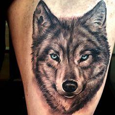 Tatuaje de un lobo de estilo black and grey situado en el muslo. Tattoo artist: Sergio Fernández