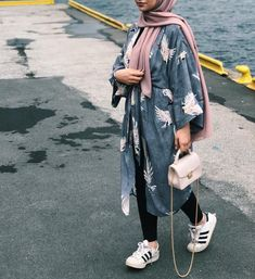 Street Hijab Fashion, Abaya Fashion, Muslim Fashion, Fashion Outfits, Casual Hijab Outfit, Hijab Chic, Modest Wear, Modest Outfits, Mode Kimono