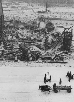 Warszawa 1946. Ruiny Dworca Głównego. Nowoczesny reprezentacyjny gmach, uważany za najnowocześniejszy w przedwojennej Europie, budowany w Alejach Jerozolimskich w latach 1932–39, przed wybuchem wojny nie został jeszcze wykończony, mimo to był użytkowany do 1944, a po upadku Powstania Warszawskiego został wysadzony przez Niemców. Dziś w tym miejscu znajduje się Dworzec Śródmieście, fot. John Vachon, archiwum prywatne Ann Vachon - photo 5