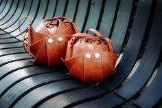 Женская сумка «Орешек», имеет округлую форму, используемый материал: экокожа (Италия), которая устойчива к истиранию - 4/5gs, а также натуральная кожа, нубук, замш. Вместимость сумки почти равна ее диаметру. Внутри один карман на замке. Ремешки регулируются по длине. Размеры: S  – 17x17x12 M – 25x25x18 L   – 28x28x20 XL – 31x31x22
