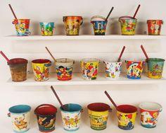 Seaux de plage lithographiés.Tin toy buckets