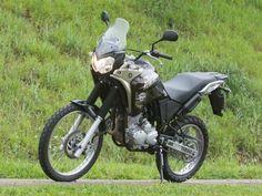 A consagrada Yamaha XTZ 250 Ténéré na versão 2016 recebeu diversas alterações que vão do design ao motor. O monocilíndrico de 250cc agora é flex e ganhou novo mapeamento para poluir menos, e a pequ...