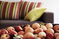 Hyvää syyspäiväntasausta! Nyt on aika nauttia syksyn sadosta ja väriloistosta. 🍎🍁🍂🍃🍎  #syksy #autumn #koti #sohva  #livingroominspo #livingroomdecor