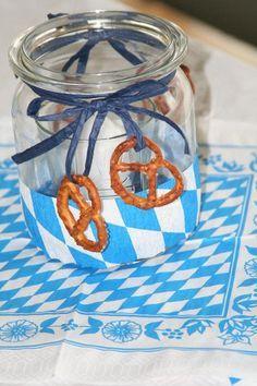 Einmachgläser als Windlicht im bayrischen Oktoberfest Stil mit Brezeln verziert.