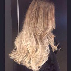 Summer blonde! Colorist @dvcolour #blondehair#hairpaint #colourmelt #colourmelt