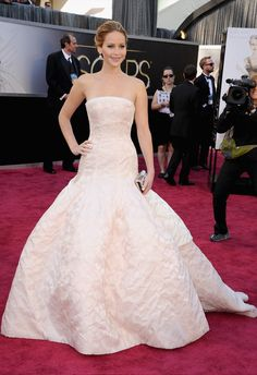 Jennifer Lawrence brought the glamour in a Dior Haute Couture gown at the Oscars in LA today. It's a big night for the star, who is up for best actress after Jennifer Lawrence Oscar, Jennifer Lawrence Photos, Jenifer Lawrence, Gala Oscar, Oscar 2013, Happiness Therapy, Vestidos Oscar, Beautiful Dresses, Nice Dresses
