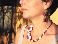 Vista del collar asimétrico con los pendientes.