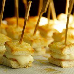 Recette de Mini Croque Monsieur facile et rapide #RecettesCuisineLegere Party Entrees, Appetizers For Party, Mini Burgers, Snack Recipes, Snacks, Vegetable Drinks, Caramel Apples, Love Food, Brunch