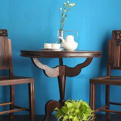 老上海のラウンドテーブルです。 全体的にはクラシックな印象を与えてくれます。天板が3本のアームで持ち上げられているという変わった構造とデザインになっています。 脚は3本なので、床のレベルでがたつくこともありません。直径は78cmとコーヒーテーブルとしては少し大きめのサイズです。 通常のコーヒーテーブルとしてはもちろん、コンパクトなダイニングテーブルとしてもお使い頂けると思います。 ラウンドテーブルはどの方向からもすわれますので、場所も取らず非常に使い勝手のいいテーブルとして重宝します。