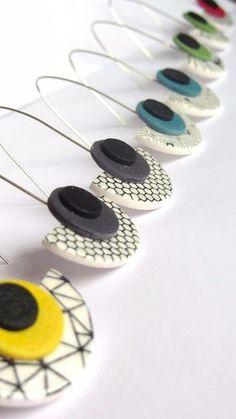 Boucles d'oreilles demi-cercle pendantes vert et motif #etsyearrings #jewelryetsy