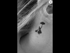 Un tatouage derrière l'oreille : Mary Poppins