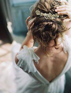 Robe de mariée en mousseline + peigne doré + chignon flou = le bon mix