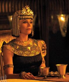 """New Exodus: Gods and Kings images highlight the """"va-va-voom"""" style of Sigourney Weaver's character in Ridley Scott's Biblical epic, starring Christian Bale. Joel Edgerton, Christian Bale, The Bible Movie, Sigourney Weaver, Egyptian Women, Egyptian Costume, King Fashion, Movie Costumes, Period Costumes"""