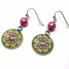 Boucles d'oreilles cabochons motif rosace colorée et perles roses