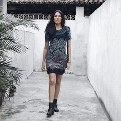 Mayara Barbosa usando vestido de meia manga azul com estampa etnica e bota de cano curto preta perfeito para o outono.Ver esta foto do Instagram de @may_barbosa • 377 curtidas