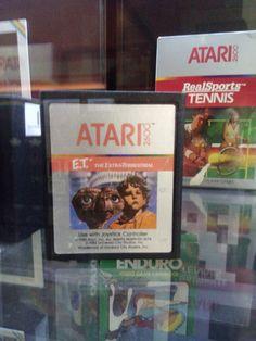 ET per Atari 2600, il gioco che ha segnato la fine dell'epoca d'oro dei videogames alla fine degli anni '80*.  L'invenduto e' stato seppellito ed e' stato ritrovato poco tempo fa.  (*Nel 1983 e' finita l'epoca d'oro dei videogiochi.)