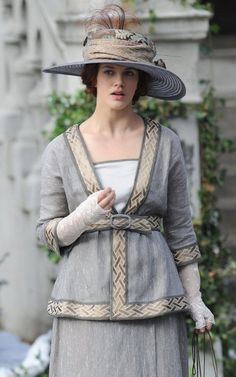 Lady Sybil Crawley (Jessica Brown Findlay) of Downton Abbey gave up the glamour & wealth for simpler life in Ireland as Sybil Branson, married to Tom Branson, the former Downton Abbey chauffeur. Jessica Brown Findlay, Downton Abbey Costumes, Downton Abbey Fashion, Edwardian Fashion, Vintage Fashion, Edwardian Era, Victorian Women, Lady Sybil, Lady Mary Crawley
