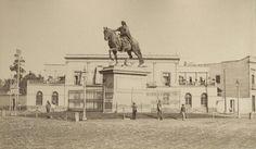 Estatua ecuestre de Carlos IV en la primera glorieta de Paseo de Bucareli. Al fondo se encuentra La Plaza de Toros del Paseo Nuevo. Abel Briquet s. XIX