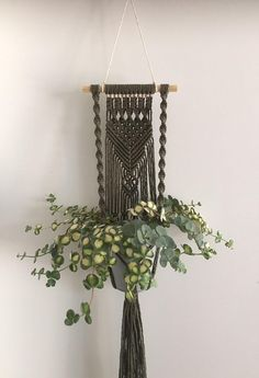 Makramee plantenhanger Dekorolivgrün-Wandbehangwand Hand Made , Makramee plantenhanger Dekorolivgrün-Wandbehangwand Macrame plantenhanger decor olive green wall hanging wall Macramee. Macrame Design, Macrame Art, Macrame Projects, Macrame Knots, Wall Plant Hanger, Plant Wall, Macrame Plant Holder, Plant Holders, Plant Crafts