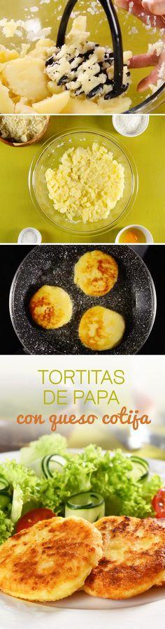 Receta de tortitas de papa caseras rellenas de queso Cotija fresco y acompañada de salsa verde picosita. Esta receta mexicana para #cuaresma es muy económica y fácil. ¡Te encantará!