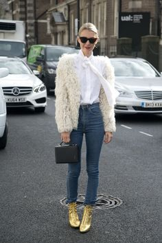 Best Outfit Ideas For Fall And Winter 50 Street Style-Approved Ways to Wear Blue Jeans Best Outfit Ideas For Fall And Winter Description 50 Jeans Outfits to Copy This Fall - Shaggy fur coat high-waist denim and amazing lace-up gold ankle boots Street Style Trends, Looks Street Style, Looks Style, Street Styles, Image Fashion, Star Fashion, Look Fashion, Street Fashion, Net Fashion