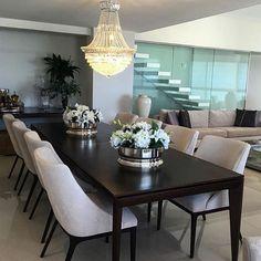 O lustre é o destaque dessa sala de jantar {💜} Além disso, e escada engastada ainda cria um pano de fundo perfeito para essa sala { Projeto Sandra Moura }