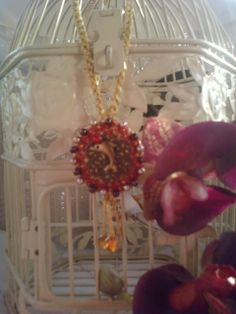 collier au crochet doré satiné et son médaillon pendentif : Collier par chely-s-creation