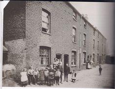 Hospital Street,Court living in the slums of Birmingham,England in the Birmingham Jewellery Quarter, Sources Of Iron, Birmingham England, Walsall, West Midlands, Slums, Peaky Blinders, Derbyshire, Old Photos