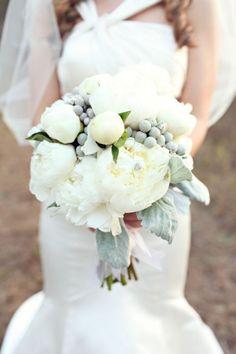 Bouquet Invernale, tutta la magica atmosfera di questa stagione Burgundy And Grey Wedding, Purple Wedding, Floral Wedding, Winter Wedding Flowers, Bridal Flowers, Flower Bouquet Wedding, Winter Bouquet, Holding Flowers, Small Bouquet