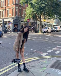 Blackpink Jisoo flaunted her chic off-duty look at the streets of London. Blackpink Fashion, Korean Fashion, Fashion Looks, Fashion Outfits, Blackpink Jisoo, Black Pink ジス, Kpop Mode, Vogue Korea, Jennie Lisa