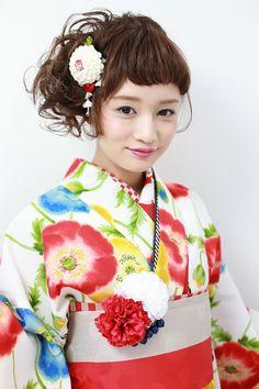 今流行の「ぱっつんスタイル」幼く見られるのが嫌な人はやめときましょう。 Traditional Kimono, Japanese Wedding, Summer Kimono, Wedding Guest Hairstyles, Hair Arrange, Japanese Outfits, Yukata, Japanese Kimono, Kimono Fashion